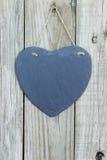 Ένωση καρδιών πλακών στην αγροτική ξύλινη πόρτα Στοκ Εικόνα