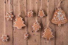 Ένωση μελοψωμάτων Χριστουγέννων πέρα από το ξύλινο υπόβαθρο Στοκ φωτογραφίες με δικαίωμα ελεύθερης χρήσης
