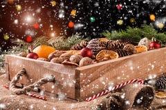 Ένωση μελοψωμάτων Χριστουγέννων πέρα από το ξύλινο υπόβαθρο Στοκ εικόνα με δικαίωμα ελεύθερης χρήσης