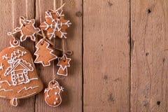 Ένωση μελοψωμάτων Χριστουγέννων πέρα από το ξύλινο υπόβαθρο Στοκ Φωτογραφίες