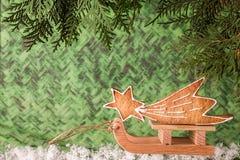 Ένωση μελοψωμάτων Χριστουγέννων πέρα από το ξύλινο υπόβαθρο Στοκ Εικόνες
