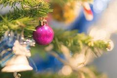 Ένωση μπιχλιμπιδιών κινηματογραφήσεων σε πρώτο πλάνο από ένα διακοσμημένο χριστουγεννιάτικο δέντρο στο θολωμένο υπόβαθρο στοκ εικόνες