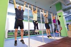 Ένωση ομάδας ανθρώπων στον οριζόντιο φραγμό στη γυμναστική Στοκ Φωτογραφία