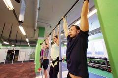 Ένωση ομάδας ανθρώπων στον οριζόντιο φραγμό στη γυμναστική Στοκ φωτογραφίες με δικαίωμα ελεύθερης χρήσης
