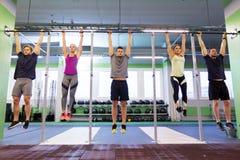 Ένωση ομάδας ανθρώπων στον οριζόντιο φραγμό στη γυμναστική Στοκ Εικόνες