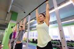 Ένωση ομάδας ανθρώπων στον οριζόντιο φραγμό στη γυμναστική Στοκ εικόνες με δικαίωμα ελεύθερης χρήσης