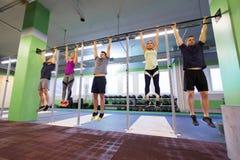 Ένωση ομάδας ανθρώπων στον οριζόντιο φραγμό στη γυμναστική Στοκ εικόνα με δικαίωμα ελεύθερης χρήσης