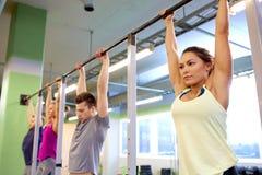 Ένωση ομάδας ανθρώπων στον οριζόντιο φραγμό στη γυμναστική Στοκ φωτογραφία με δικαίωμα ελεύθερης χρήσης