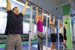 Ένωση ομάδας ανθρώπων στον οριζόντιο φραγμό στη γυμναστική Στοκ Εικόνα