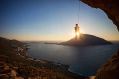 Ένωση ορειβατών βράχου στο σχοινί αναρριμένος μολύβδου Στοκ Εικόνες