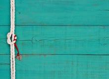 Ένωση λουκέτων καρδιών από την κόκκινη κορδέλλα από τον κόμβο στο άσπρο σχοινί στο μπλε κλίμα Στοκ Φωτογραφίες