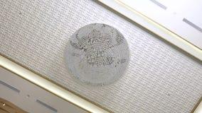 Ένωση πολυελαίων στο ανώτατο όριο στο εσωτερικό δωματίων Πολυέλαιος γυαλιού κρυστάλλου στο άσπρο ανώτατο υπόβαθρο Εσωτερικό σχέδι απόθεμα βίντεο