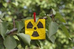 Ένωση προειδοποιητικών σημαδιών ακτινοβολίας σε ένα δέντρο Στοκ Φωτογραφία