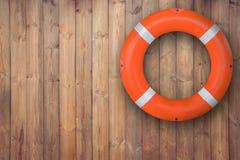 Ένωση σημαντήρων ζωής στον ξύλινο τοίχο για τη επείγουσα απάντηση όταν άνθρωποι που βυθίζουν για να ποτίσει σχεδόν τη θέση κοντά  Στοκ εικόνα με δικαίωμα ελεύθερης χρήσης