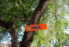 Ένωση σημαδιών Amor σε ένα δέντρο Στοκ εικόνα με δικαίωμα ελεύθερης χρήσης