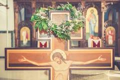 Ένωση στεφανιών στο σταυρό στην εκκλησία στοκ εικόνες