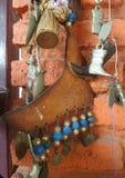 Ένωση συλλογής αναμνηστικών μποτών στον πορτοκαλή τοίχο χρώματος Στοκ εικόνα με δικαίωμα ελεύθερης χρήσης