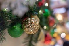 Ένωση σφαιρών διακοσμήσεων Χριστουγέννων με το θολωμένο σημείο υποβάθρου στοκ φωτογραφίες