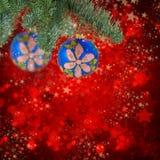 Ένωση σφαιρών Χριστουγέννων στο αειθαλές δέντρο Στοκ φωτογραφία με δικαίωμα ελεύθερης χρήσης