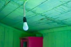 Ένωση της σύγχρονης λάμπας φωτός με τις πράσινες ξύλινες σανίδες στοκ φωτογραφία με δικαίωμα ελεύθερης χρήσης