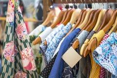 Ένωση τιμών εγγράφου στο ζωηρόχρωμο εκλεκτής ποιότητας φόρεμα στοκ φωτογραφίες με δικαίωμα ελεύθερης χρήσης