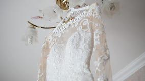 Ένωση φορεμάτων νυφών ` s σε έναν λαμπτήρα, γαμήλιο φόρεμα στο δωμάτιο νυφών ` s, άσπρη ένωση γαμήλιων φορεμάτων απόθεμα βίντεο