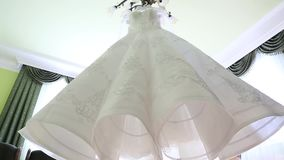 Ένωση φορεμάτων στον πολυέλαιο - που προετοιμάζεται για το γάμο απόθεμα βίντεο