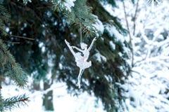 Ένωση ballerina παιχνιδιών σε έναν κομψό κλάδο Στοκ εικόνα με δικαίωμα ελεύθερης χρήσης