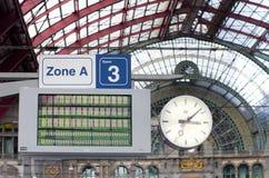 'Ένδειξη ώρασ' και χαρτόνι ανακοινώσεων Στοκ φωτογραφία με δικαίωμα ελεύθερης χρήσης