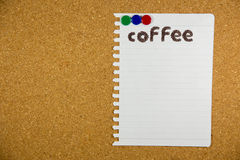 λέξη καφέ που γίνεται από τα φασόλια καφέ στη Λευκή Βίβλο Στοκ φωτογραφία με δικαίωμα ελεύθερης χρήσης