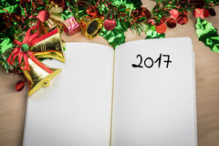 λέξη του 2017 στο σημειωματάριο με τη νέα διακόσμηση έτους για το νέο holi έτους Στοκ Εικόνα