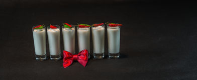 Έξι άσπρα ποτά καρύδων που διακοσμούνται με το κόκκινο και πράσινο λι πιπεριών Στοκ φωτογραφία με δικαίωμα ελεύθερης χρήσης