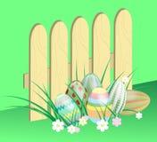Έξι αυγά Πάσχας στον ξύλινο φράκτη χλόης Στοκ εικόνες με δικαίωμα ελεύθερης χρήσης