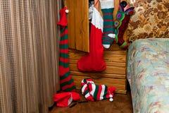 Έξι γυναικείες κάλτσες Χριστουγέννων κρεμούν γεμισμένος στοκ εικόνες