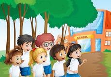 Έξι ευτυχείς σπουδαστές μπροστά από το σχολικό κτίριο ελεύθερη απεικόνιση δικαιώματος