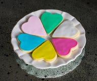 Έξι ζωηρόχρωμες πολύχρωμες καρδιές στο άσπρο πιάτο Στοκ φωτογραφία με δικαίωμα ελεύθερης χρήσης