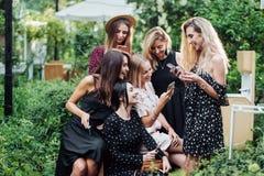 Έξι κορίτσια με τα κινητά τηλέφωνα στοκ εικόνες