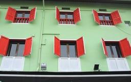 Έξι κόκκινα παράθυρα Στοκ φωτογραφία με δικαίωμα ελεύθερης χρήσης