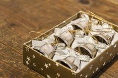 Έξι μικρά κουδούνια Χριστουγέννων στο κιβώτιο στον πίνακα Στοκ φωτογραφίες με δικαίωμα ελεύθερης χρήσης
