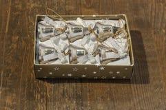 Έξι μικρά κουδούνια Χριστουγέννων στο κιβώτιο στον πίνακα Στοκ Εικόνες