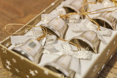 Έξι μικρά κουδούνια Χριστουγέννων στο κιβώτιο στον πίνακα Στοκ εικόνα με δικαίωμα ελεύθερης χρήσης