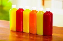 Έξι μπουκάλια του οργανικού χυμού που στέκονται σε μια σειρά, όμορφα χρώματα και ένα αναζωογονώντας σχέδιο Στοκ φωτογραφία με δικαίωμα ελεύθερης χρήσης