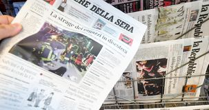 Έξι νεκρά και δωδεκάδες που βλάπτονται στην άτακτη φυγή νυχτερινών κέντρων διασκέδασης στην Ιταλία απόθεμα βίντεο