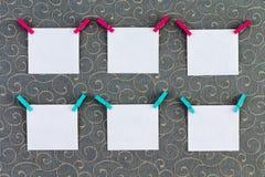 Έξι τετραγωνικές ετικέττες με τα clothespins συνημμένα στοκ εικόνες