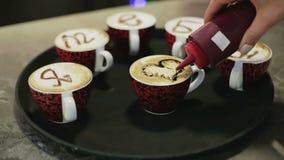 Έξι φλιτζάνια του καφέ Έξι φλιτζάνια του καφέ με τις λέξεις σ' αγαπώ στα ρωσικά απόθεμα βίντεο