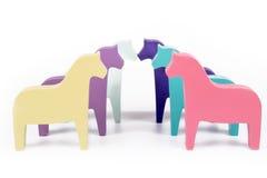Έξι χρωματισμένα παιχνίδι άλογα Στοκ φωτογραφία με δικαίωμα ελεύθερης χρήσης