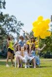 Έξι όμορφα κορίτσια που γελούν στο χορτοτάπητα Στοκ φωτογραφίες με δικαίωμα ελεύθερης χρήσης