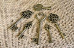 Έξι antiquarian κλειδιά χαλκού burlap Στοκ Εικόνες