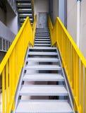 Έξοδος κινδύνου μετάλλων με την κίτρινη σκάλα στοκ φωτογραφία με δικαίωμα ελεύθερης χρήσης
