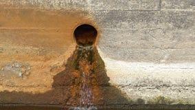 Έξοδος νερού αποξηράνσεων στο συμπαγή τοίχο φιλμ μικρού μήκους